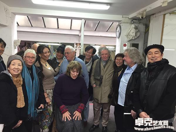孙昌茵与法国艺术沙龙主席等在美术学院工作室合影